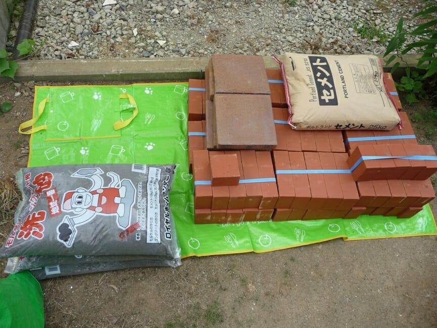 バーベキューコンロの為に用意した材料 セメント、レンガ、敷石、砂