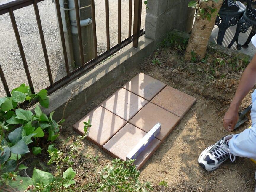 水平を取りながら敷石を敷いていく