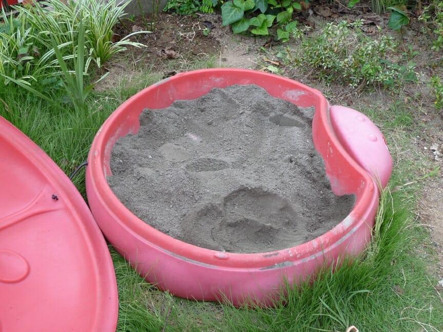 セメントと砂を混ぜる