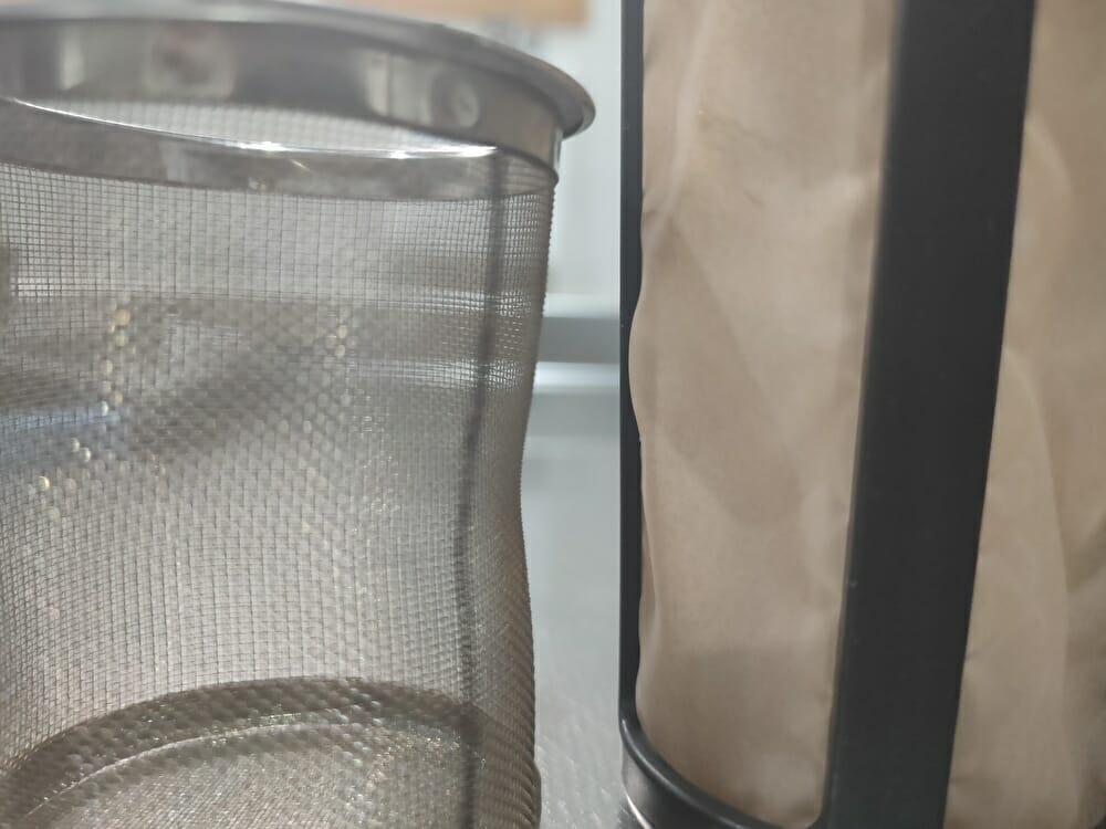 コーヒージャグと茶こしの目の粗さの違い